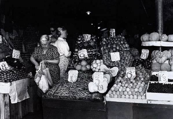 Photo of women shopping in 1939 and no plastic produce bags are in sight.